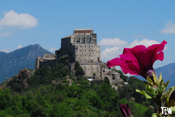 http://www.tastingtheworld.it/wp-content/uploads/2013/07/sacra-di-san-michele.jpg
