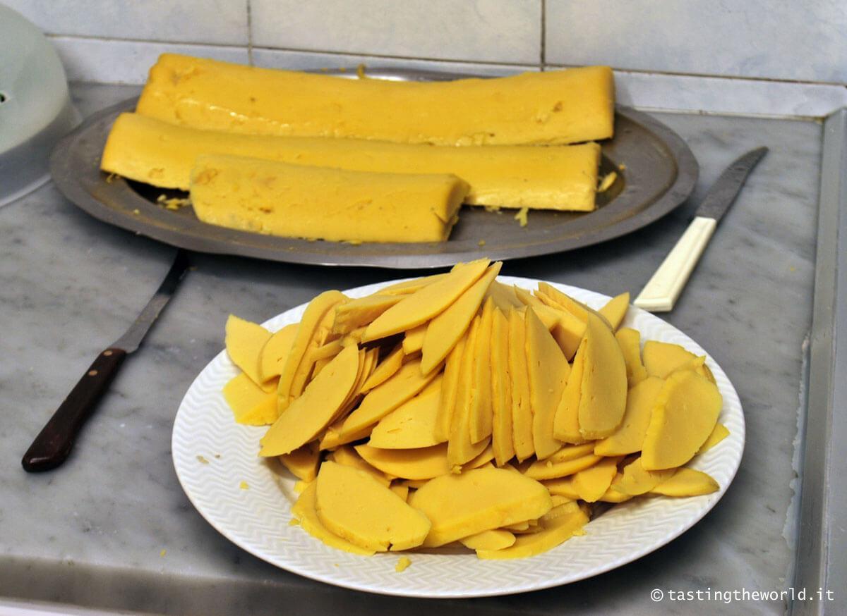 Preparazione del panino con le fette (negozio in vico Crema, Savona)