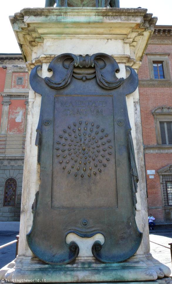 Le api che non si riescono a contare nella statua equestre di Ferdinando I de' Medici, Firenze