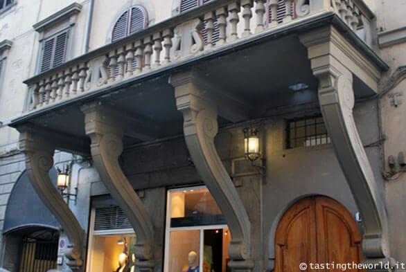 Balcone rovesciato, Firenze