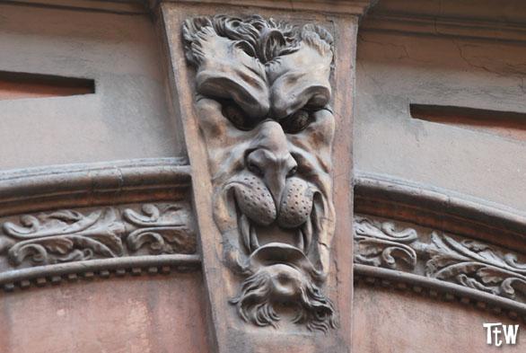 I diavoli di palazzo Tartagni, Bologna