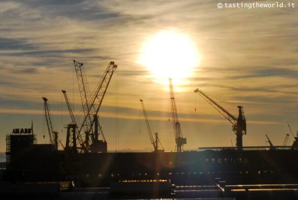 Tramonto sul porto di Genova