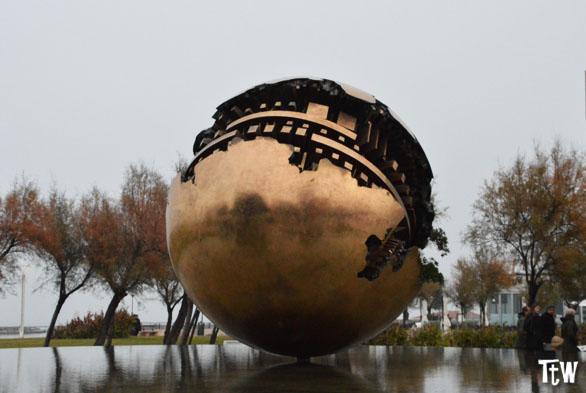 Sfera Grande di Pomodoro, Pesaro