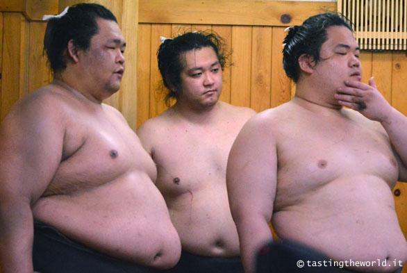 Lottatori di sumo che si allenano presso la palestra Arashio-beya, Tokyo (Giappone)
