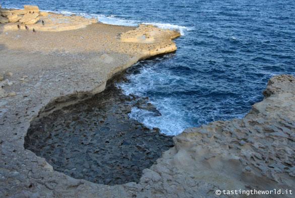 Il litorale di roccia calcarea a Malta