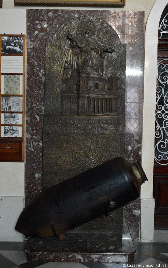 La bomba inesplosa nella Rotonda di Mosta (Malta)