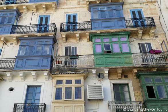 Gallarija, i balconi in legno colorato tipici di Malta
