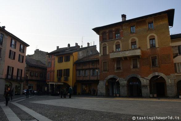 Piazza San Fedele a Como, con le case tardo-rinascimentali