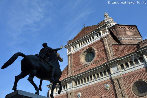 Duomo di Pavia e statua del Regisole