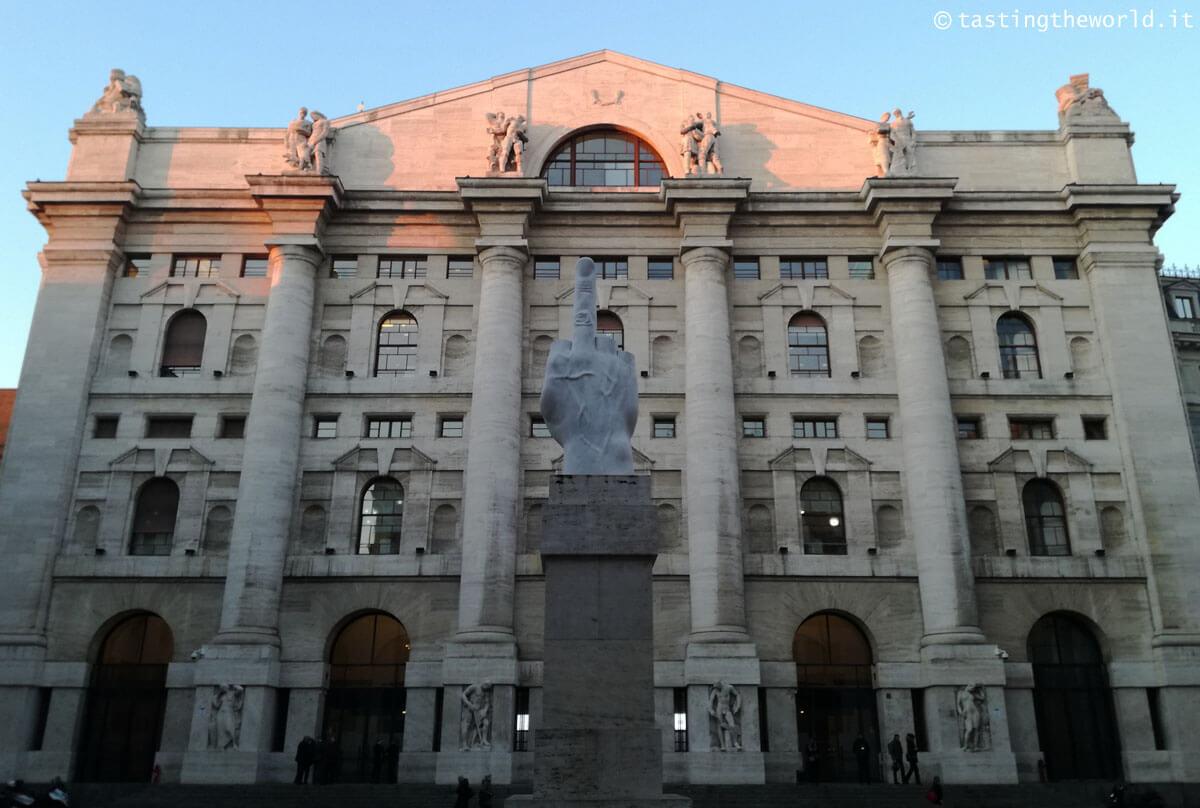 L.O.V.E. il Dito medio di Cattelan in Piazza Affari a Milano