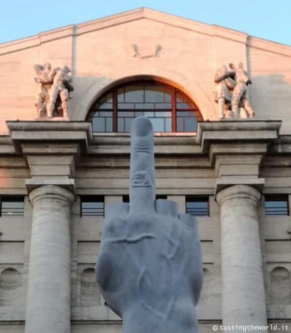 """L.O.V.E., """"Il Dito"""" di Milano, Maurizio Cattelan"""