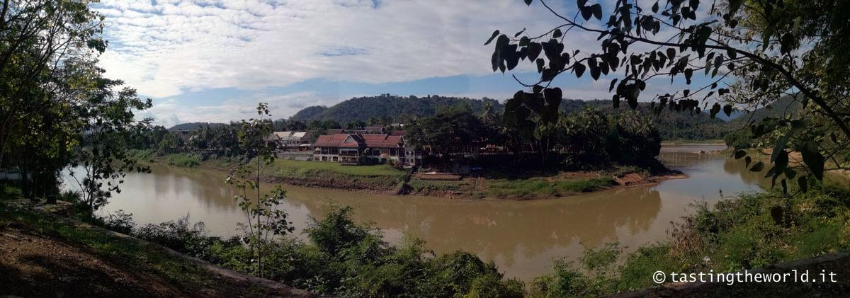 La punta di Luang Prabang vista dall'altra sponda del Nam Khan