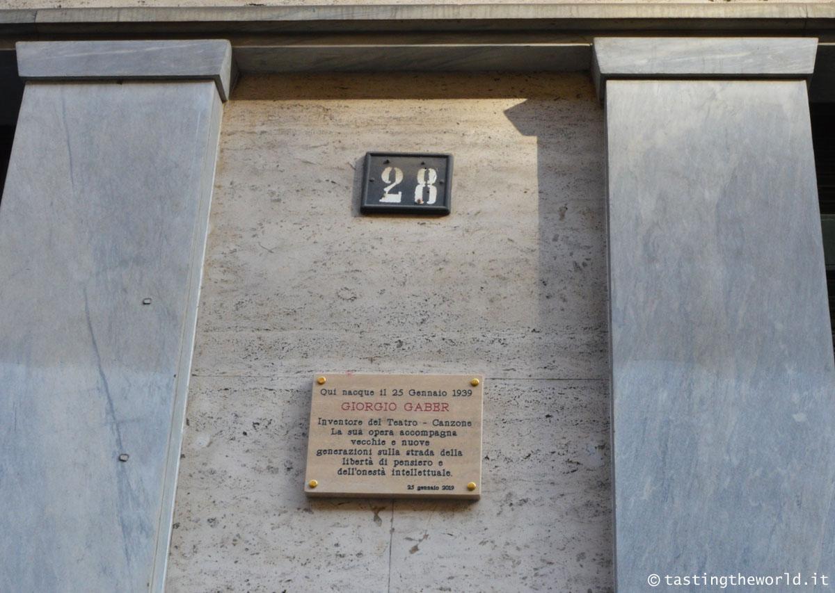 La targa per Giorgio gaber in via Londonio 28 a Milano