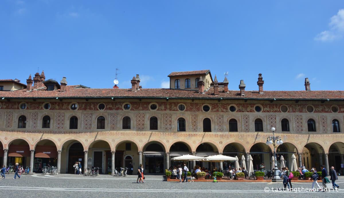 Piazza Ducale a Vigevano: tra portici e comignoli