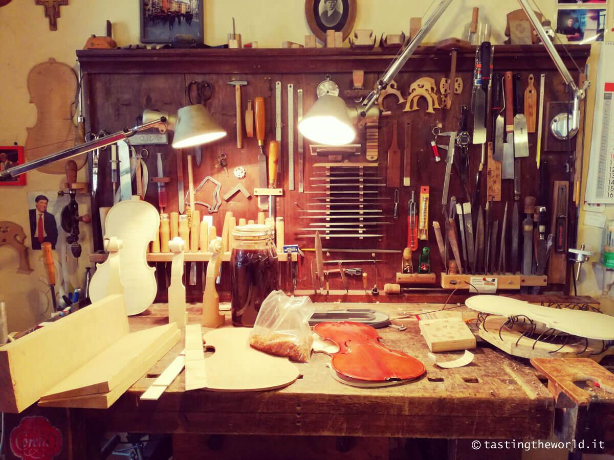 La bottega di un liutaio a Cremona