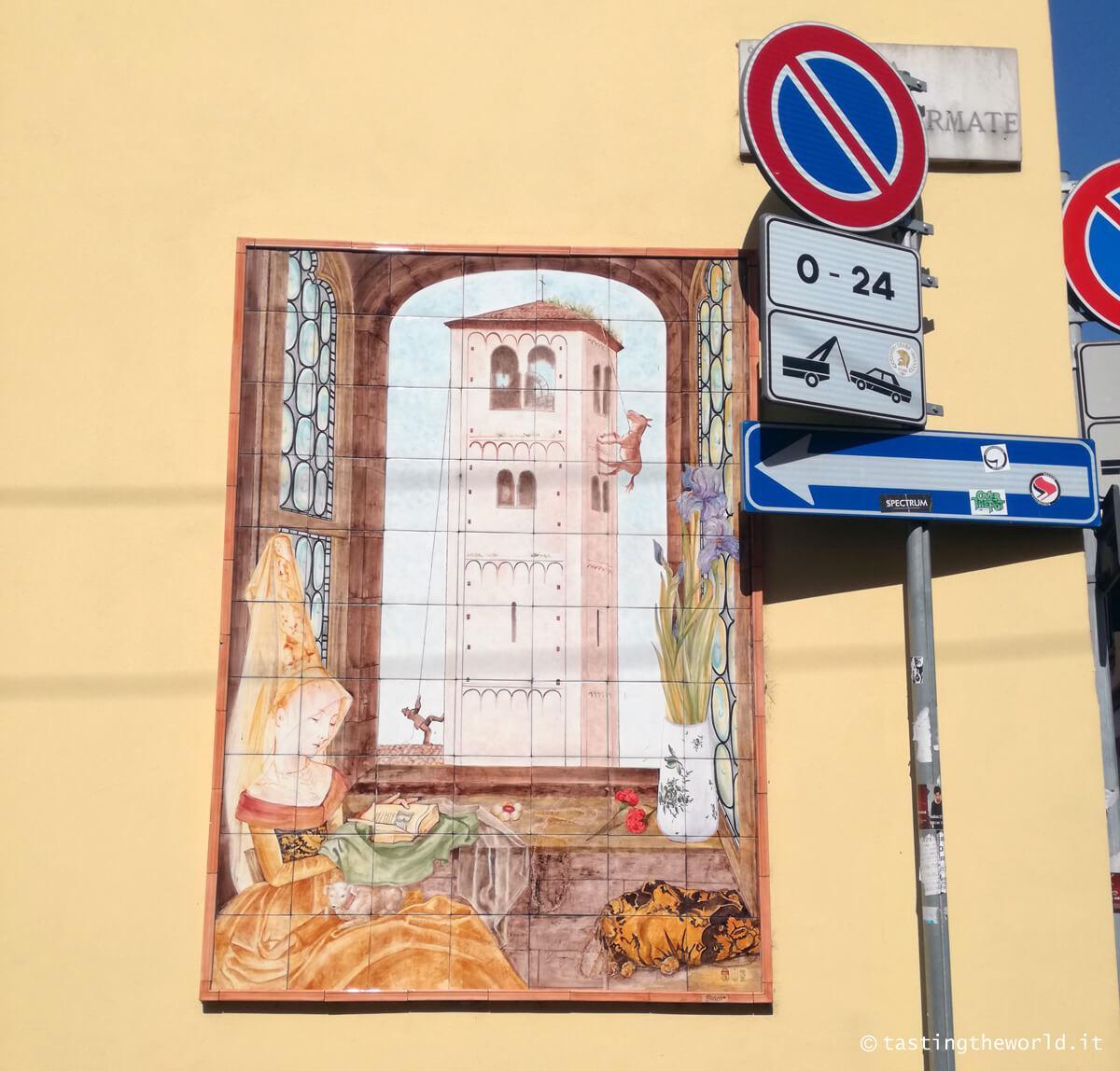 Baggio, Milano - maiolica asino che bruca l'erba sul campanile