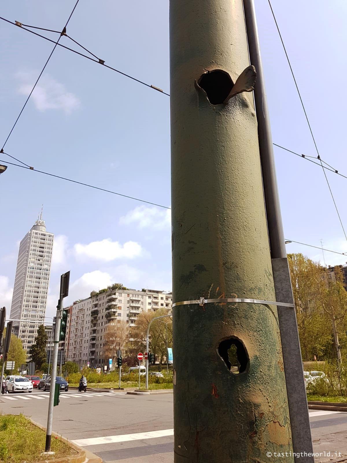 Pali del tram bombe piazza repubblica milano