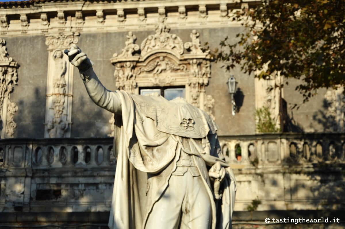 Statua senza testa davanti a Palazzo Biscari, Catania