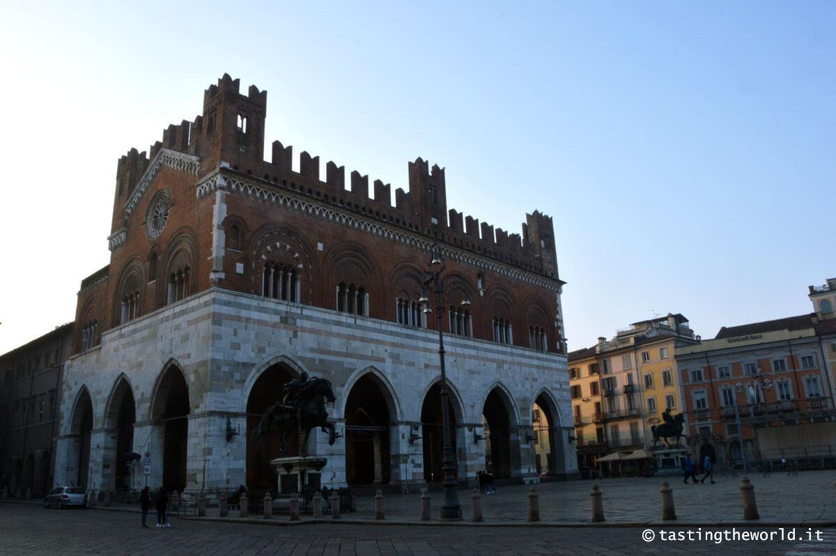 Piacenza, il Gotico e Piazza Cavalli