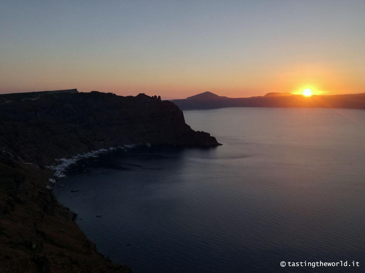 L'alba su Santorini vista da Thirassia