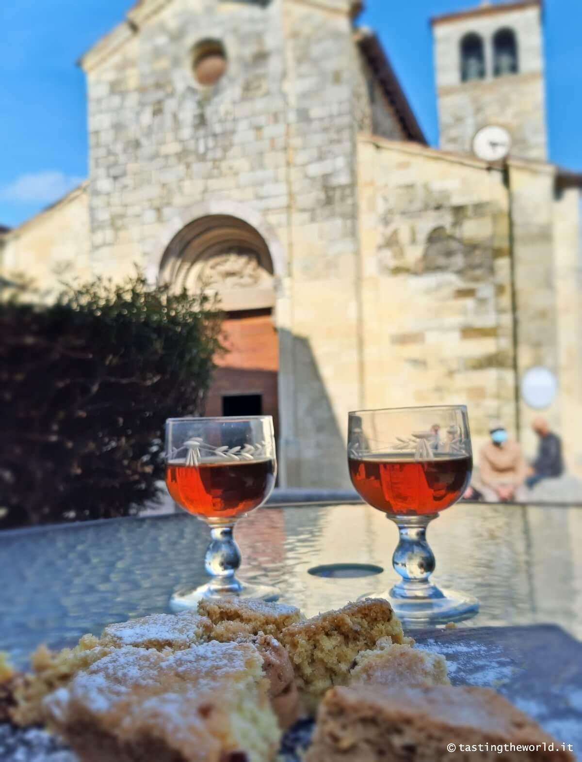 Vin Santo di Vigoleno (sullo sfondo chiesa di san Giorgio)